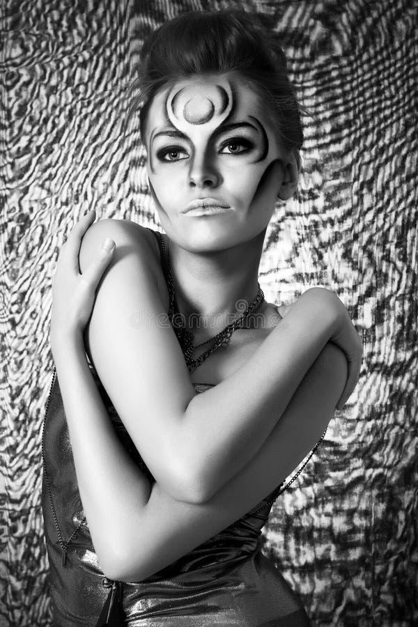 härlig bodyartsilverkvinna fotografering för bildbyråer