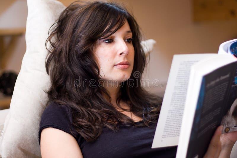 härlig bokavläsningskvinna arkivbilder