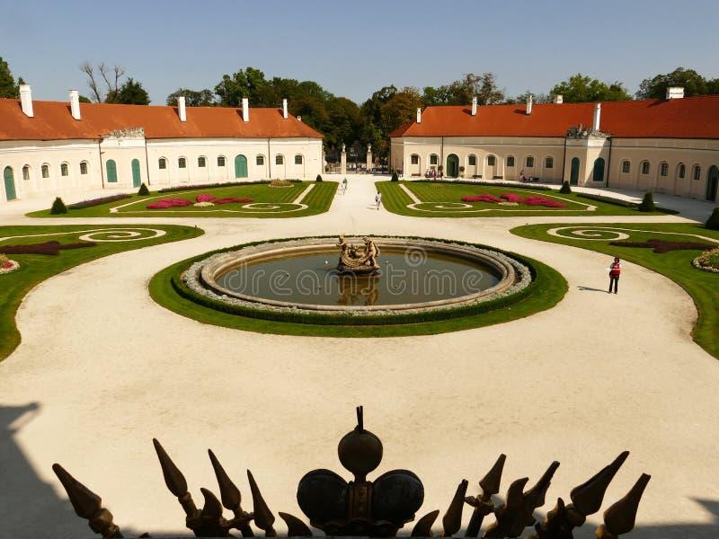Härlig borggård i den lyxiga barocka Esterhazy slotten arkivbild