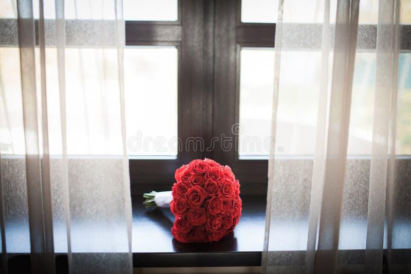 Härlig bouqet på fönstret royaltyfri foto