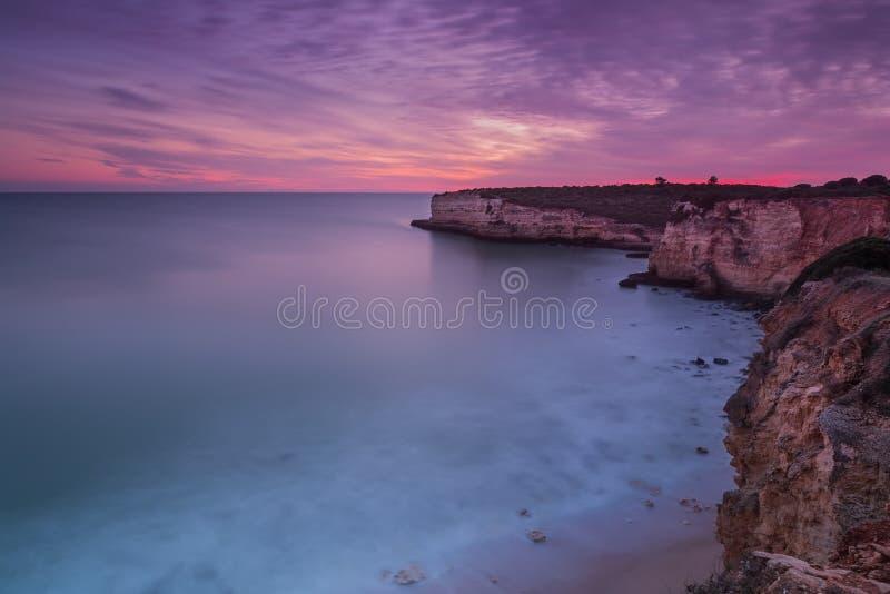 Härlig brännhet solnedgång på kusten av Portugal Hav royaltyfri bild