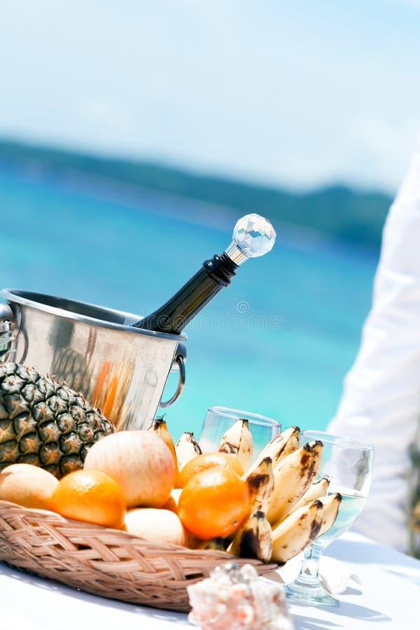 Härlig bröllopbåge på den tropiska stranden royaltyfria bilder