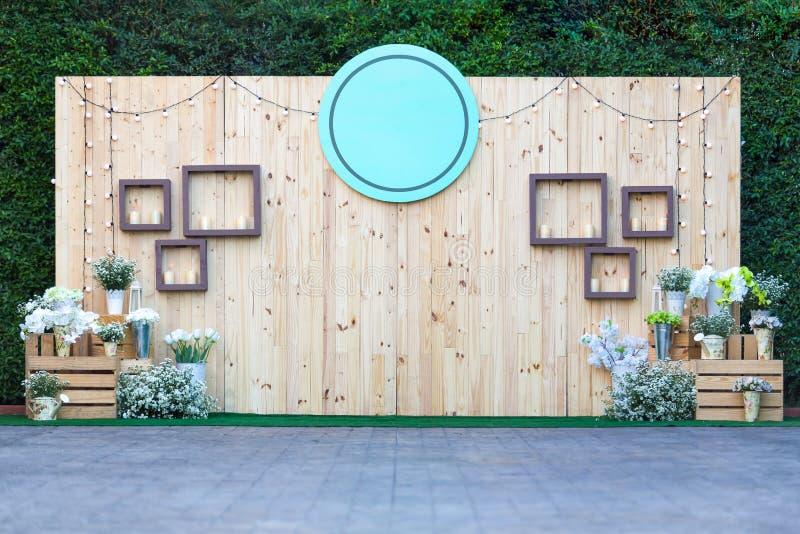 Härlig bröllopbakgrund och utomhus- garneringblommor - dig arkivfoto