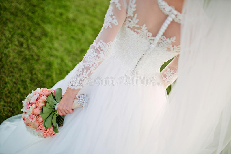 Härlig bröllopbukett av blommor i händer av bruden royaltyfria foton
