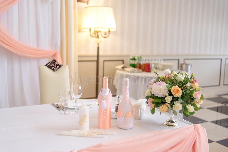 Härlig bröllopbukett av rosor och krysantemum i en metallvas på matställetabellen Blom- Wedd garneringar arkivbilder