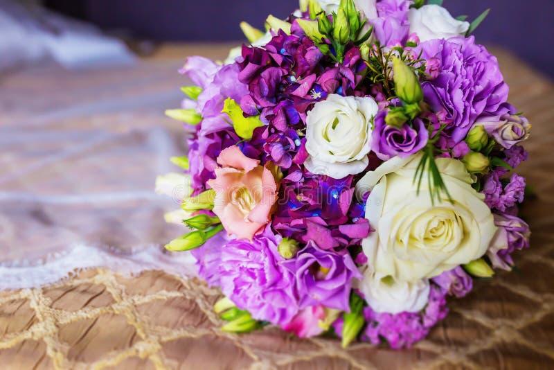 Härlig bröllopbukett i försiktiga signaler royaltyfria foton