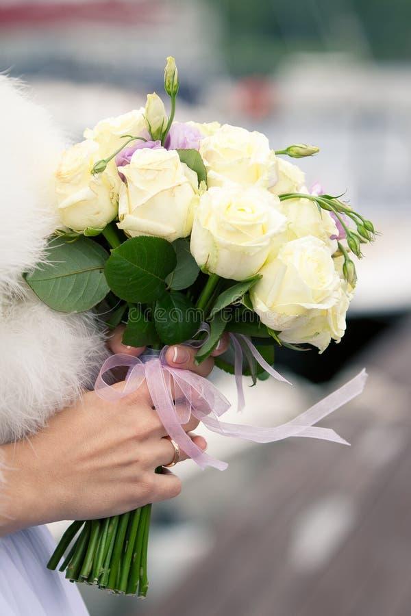Härlig bröllopbukett i händer av bruden arkivfoto
