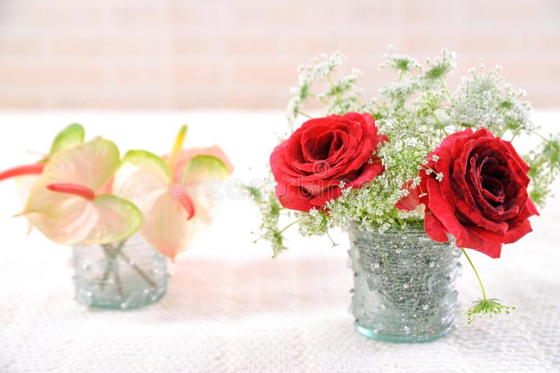 Härlig bröllopbukett med rosor och blommor royaltyfri foto