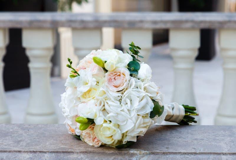 Härlig bröllopbukett på en tappningmarmortrappräcke arkivbild