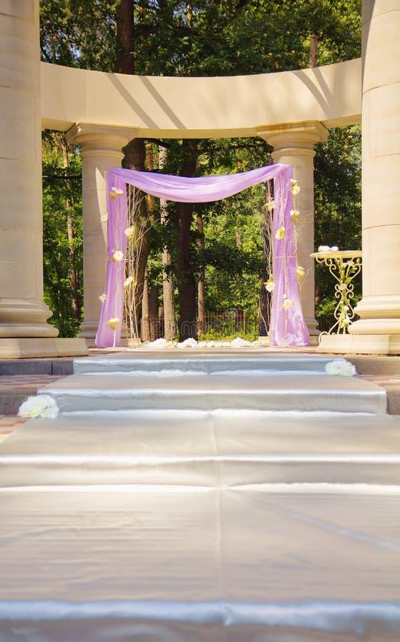 Härlig bröllopgazebo i kolonner royaltyfri bild