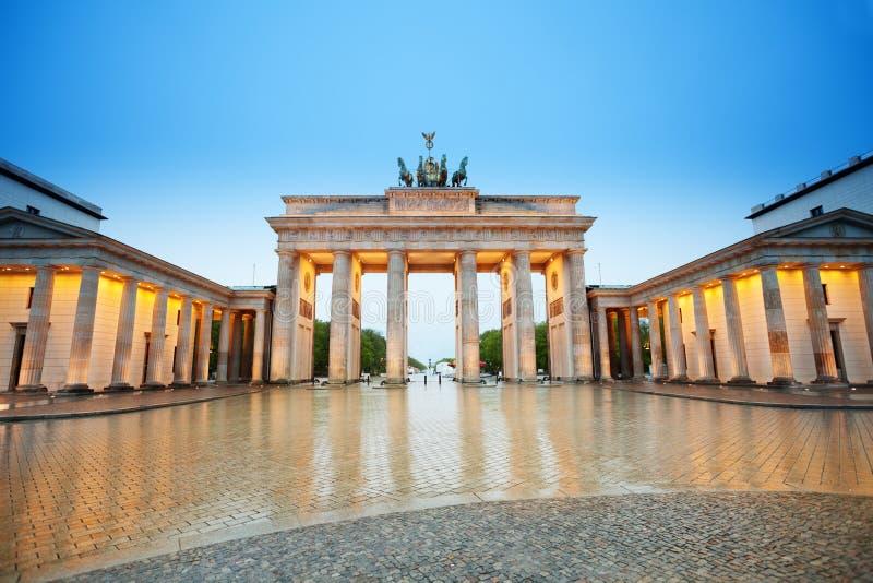 Härlig Branderburger Torsikt på natten, Berlin royaltyfria foton