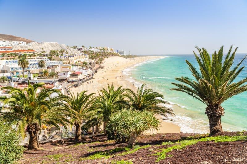 Härlig bred sandig strand i Morro Jable, Fuerteventura, Spanien royaltyfria bilder
