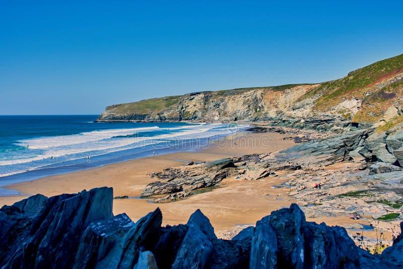 härlig bred strand Trebarwith nära Tintagel, norr Cornwall royaltyfri foto