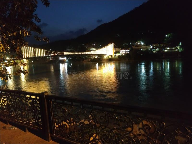 Härlig brobild på floden på natten royaltyfria foton