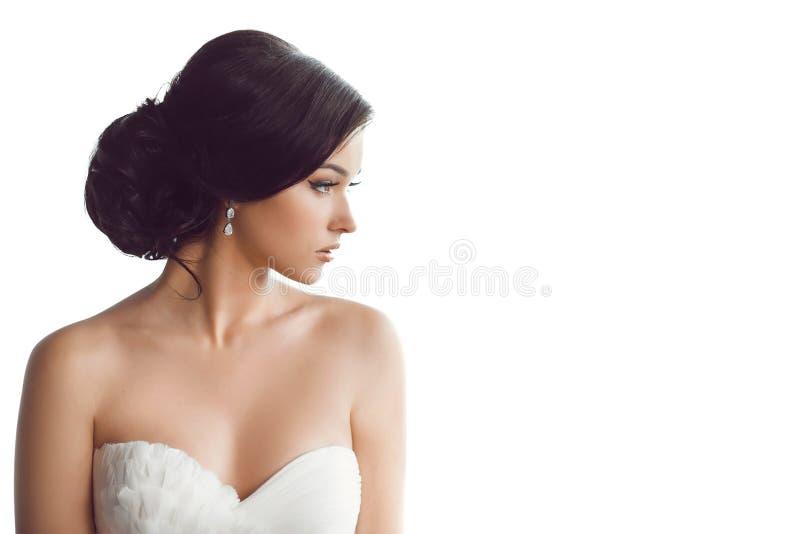 härlig brud Begrepp för klänning för mode för bröllopfrisyrsmink lyxigt royaltyfri foto