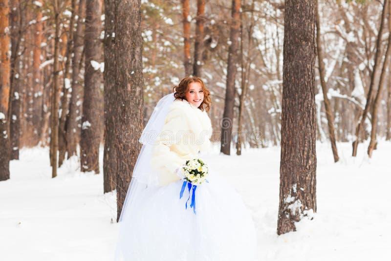 härlig brud brudbrudgum som gifta sig utomhus vinter royaltyfri foto