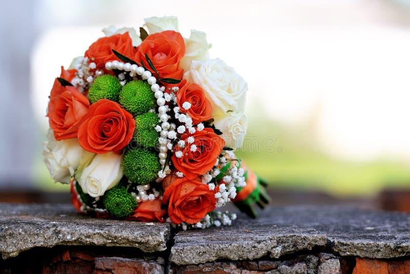 Härlig brud- bukett av olika blommor arkivbild