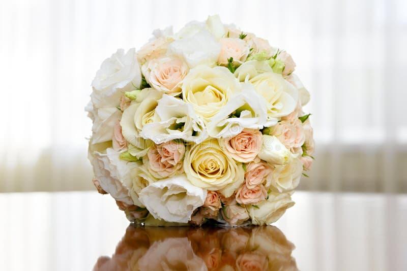 Härlig brud- bukett av rosor på brölloppartiet arkivbild