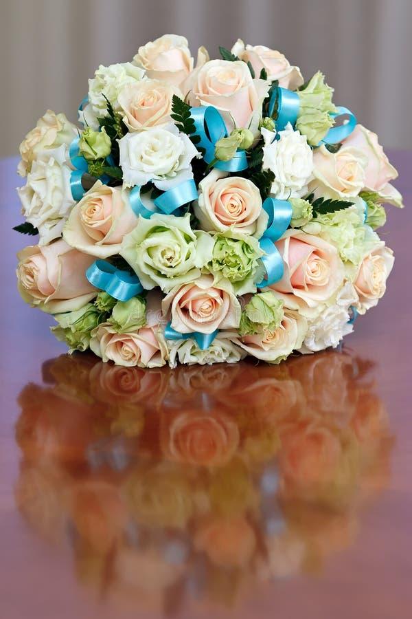 Härlig brud- bukett av rosor på ett bröllopparti royaltyfria foton