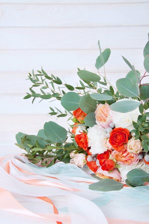Härlig brud- bukett som göras av vit- och apelsinblommor royaltyfri bild