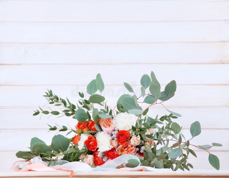 Härlig brud- bukett som göras av vit- och apelsinblommor royaltyfria foton