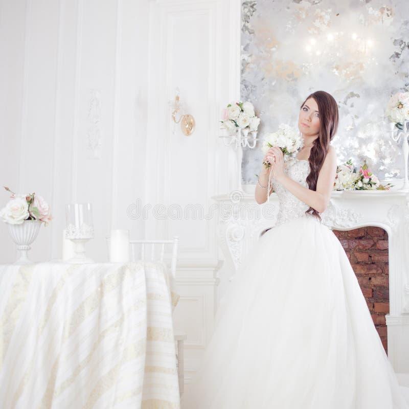 Härlig brud för stående med en bukett av blommor bröllop för band för inbjudan för blomma för elegans för bakgrundsgarneringdetal arkivbilder