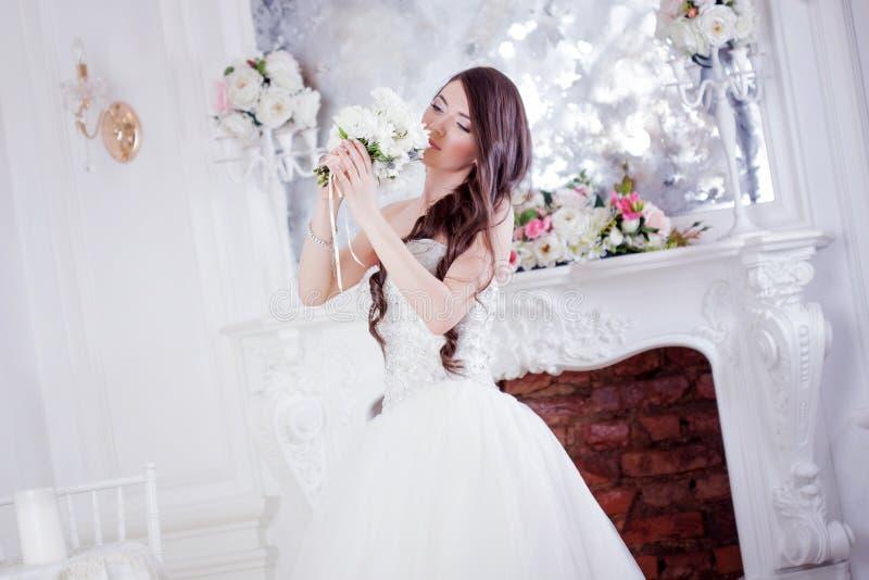 Härlig brud för stående med en bukett av blommor bröllop för band för inbjudan för blomma för elegans för bakgrundsgarneringdetal royaltyfria foton