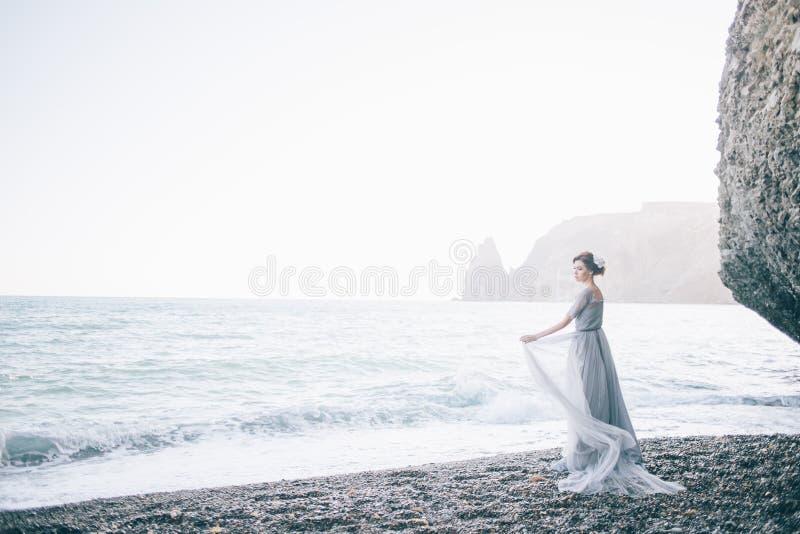 Ung Härlig Kvinna I Bröllopsklänning På Den Tropiska