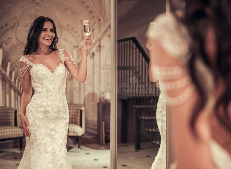 Härlig brud i bröllopsalong royaltyfri fotografi
