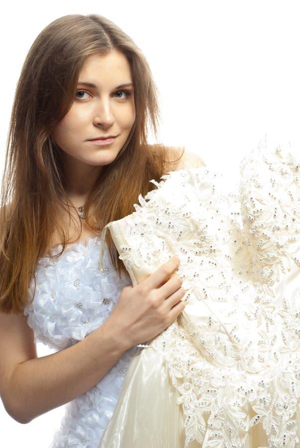 Härlig brud i bröllopsklänning arkivbild