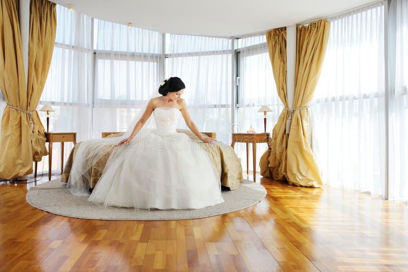 Härlig brud i ett hotellrum royaltyfri fotografi