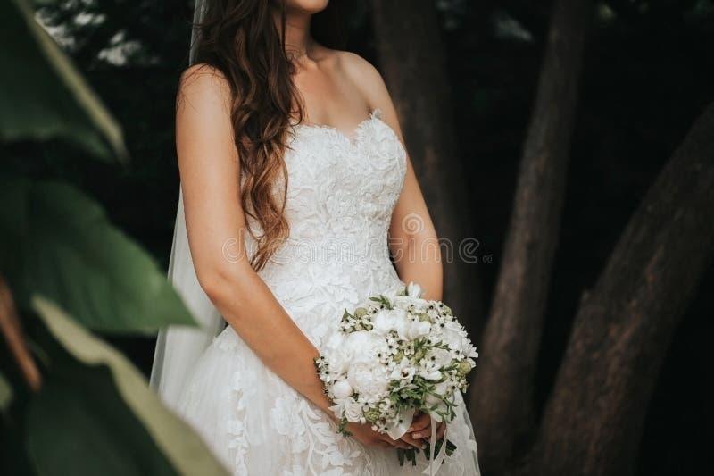 Härlig brud i hennes bröllopdag arkivfoton