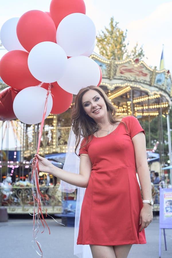 Härlig brud med ballonger i parkera arkivbilder