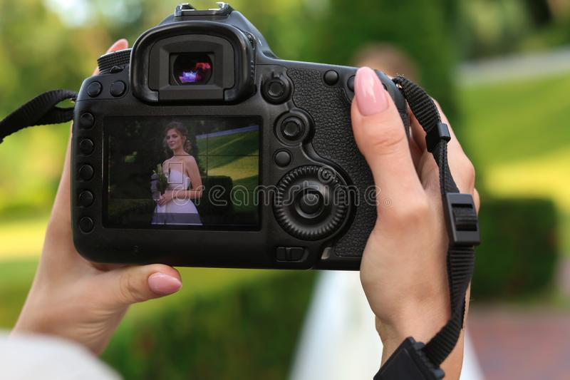 Härlig brud på skärmen av den yrkesmässiga fotokameran utomhus, closeup arkivbild