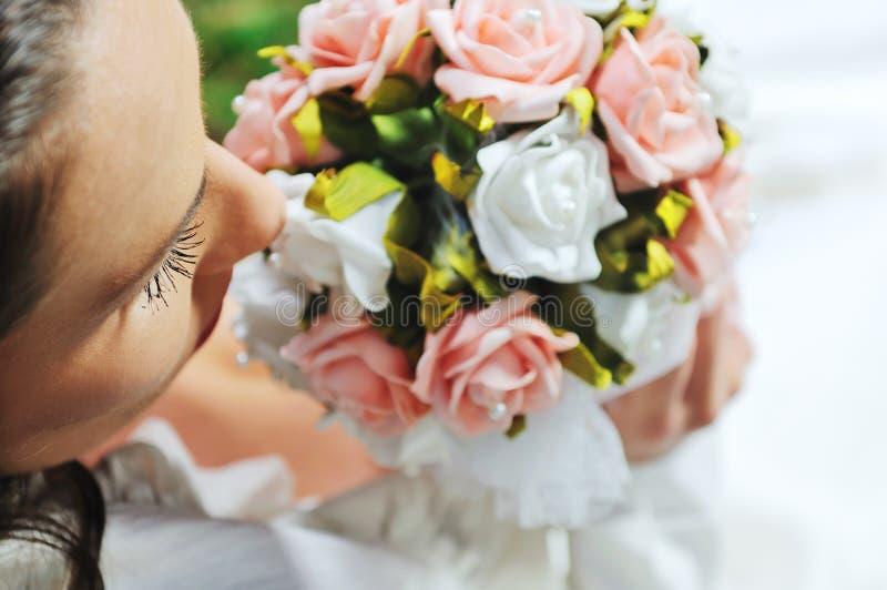 Härlig brud som är utomhus- efter bröllopceremoni royaltyfria bilder