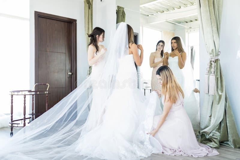 Härlig brud som får klar för att gifta sig fotografering för bildbyråer