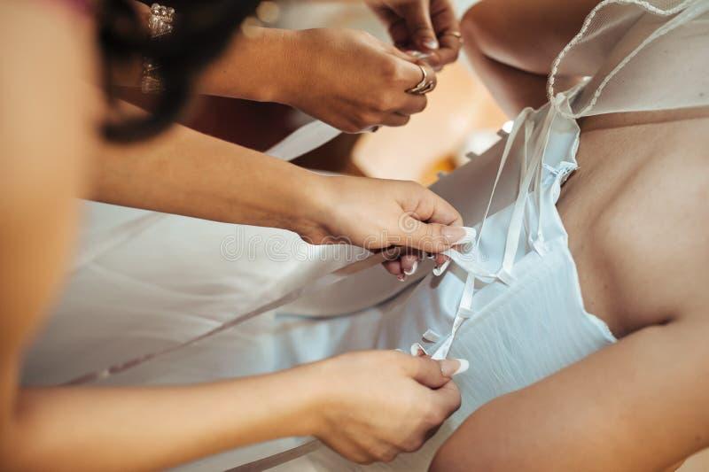 Härlig brud som får klar i vitt bröllop fotografering för bildbyråer