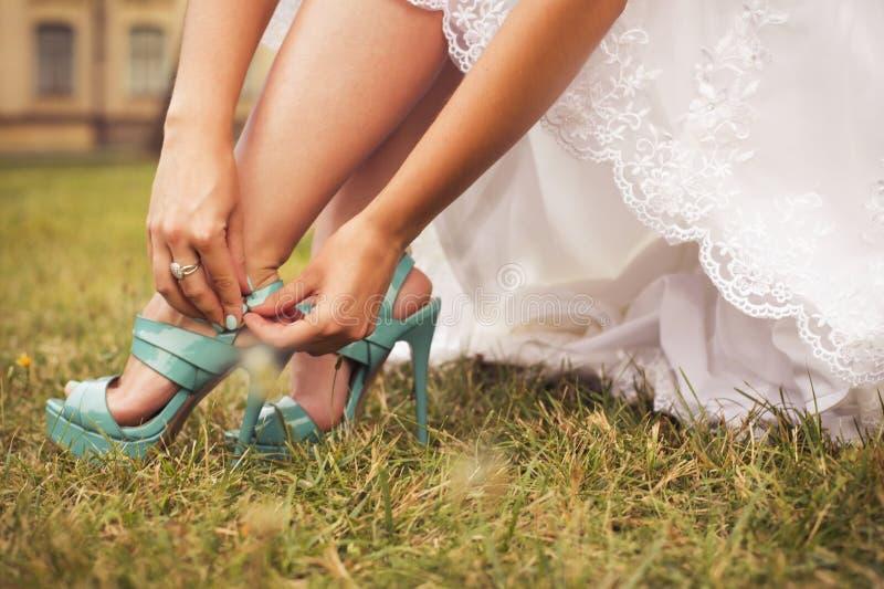 Härlig brud som förbereder sig att få gift i den vita klänningen och att fasta arkivfoto