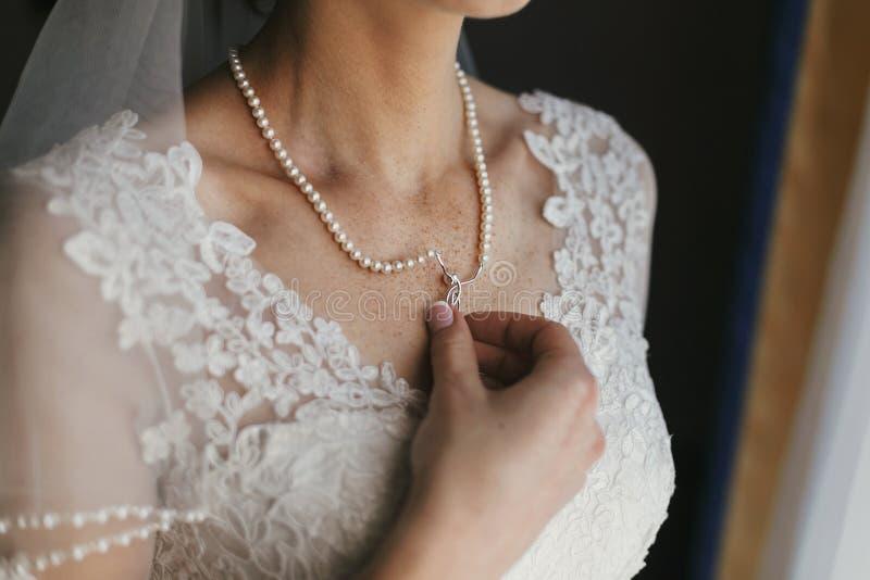 Härlig brud som rymmer på den dyra silverhalsbandet med pärlor fotografering för bildbyråer