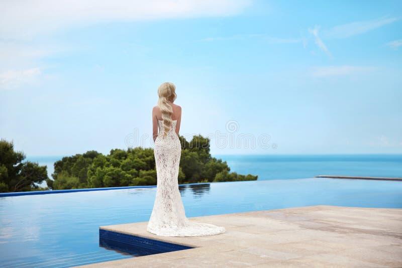 Härlig brudbröllopstående Elegant blond kvinna med länge royaltyfria bilder