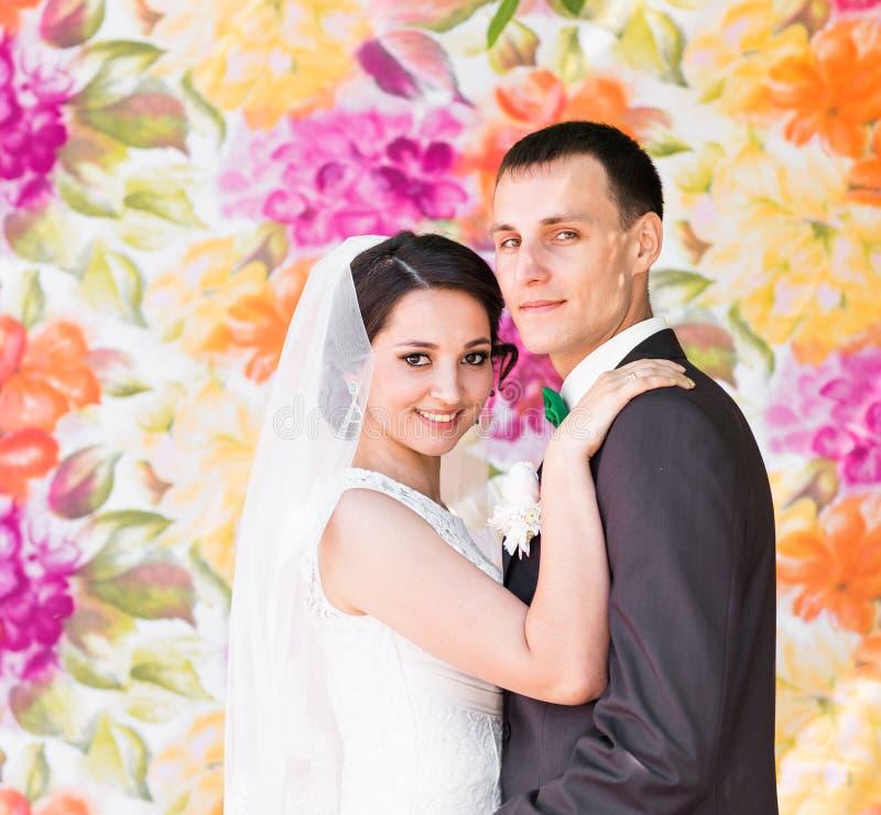 härlig brudbrudgum royaltyfri fotografi