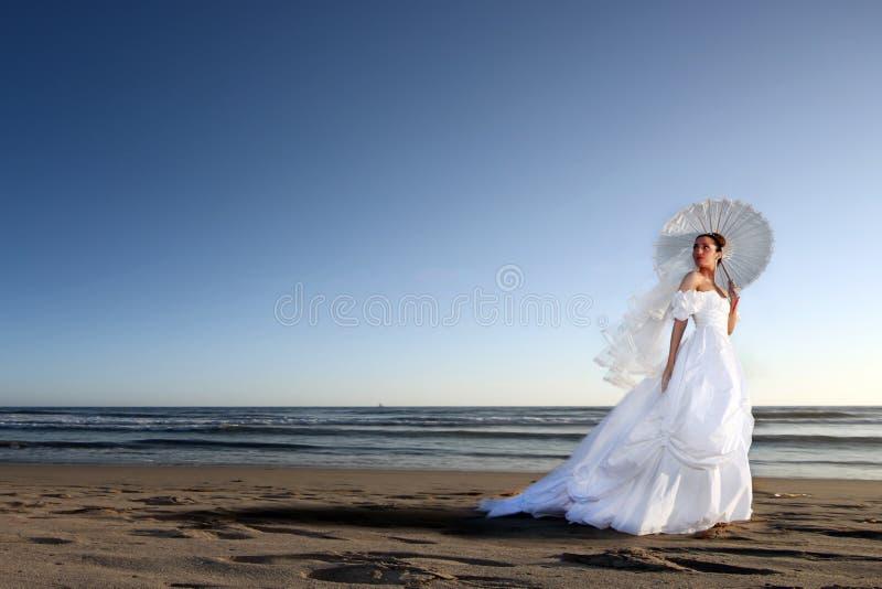 härlig bruddag henne bröllopbarn arkivbild