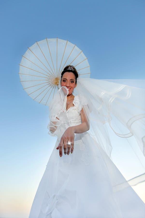 härlig bruddag henne bröllopbarn arkivfoto