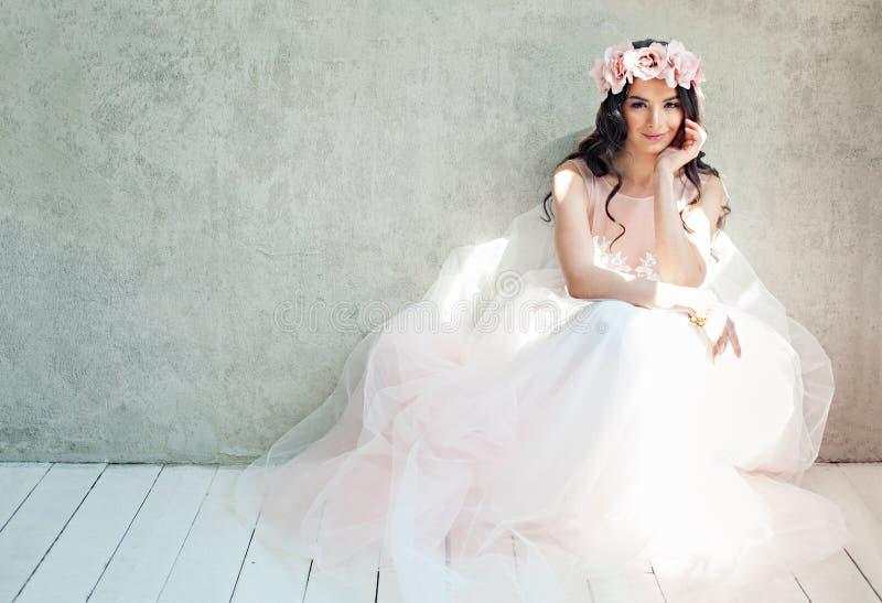 Härlig brudkvinna i tyllrosor bröllopsklänning, livsstilstående arkivbild