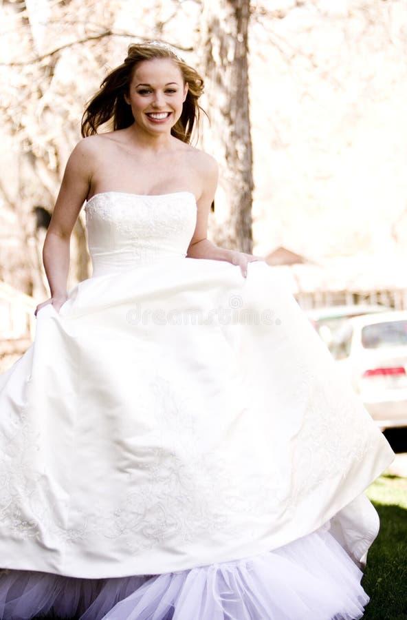 härlig brudrunning fotografering för bildbyråer