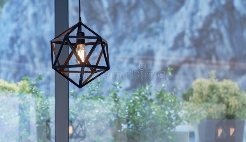 H?rlig brun ljuskrona i ett kaf? p? bakgrunden av buskar arkivfoton