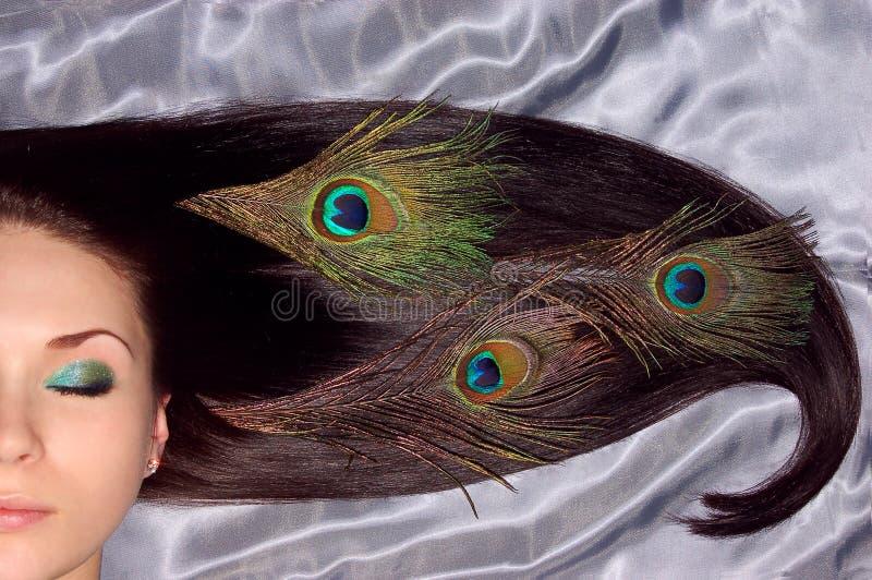härlig brunet dekorerad lång påfågel för hår fotografering för bildbyråer