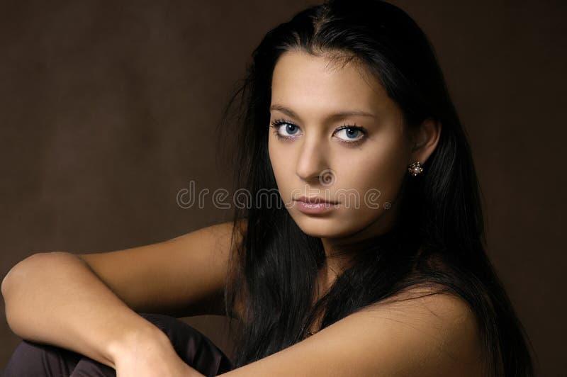 härlig brunett arkivfoto