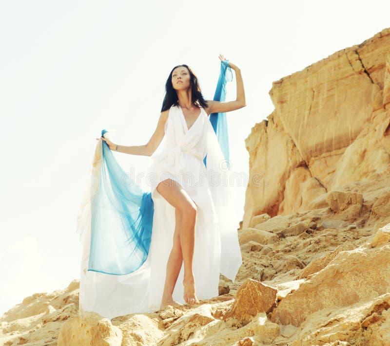 Härlig brunett i den vita klänningen royaltyfri foto