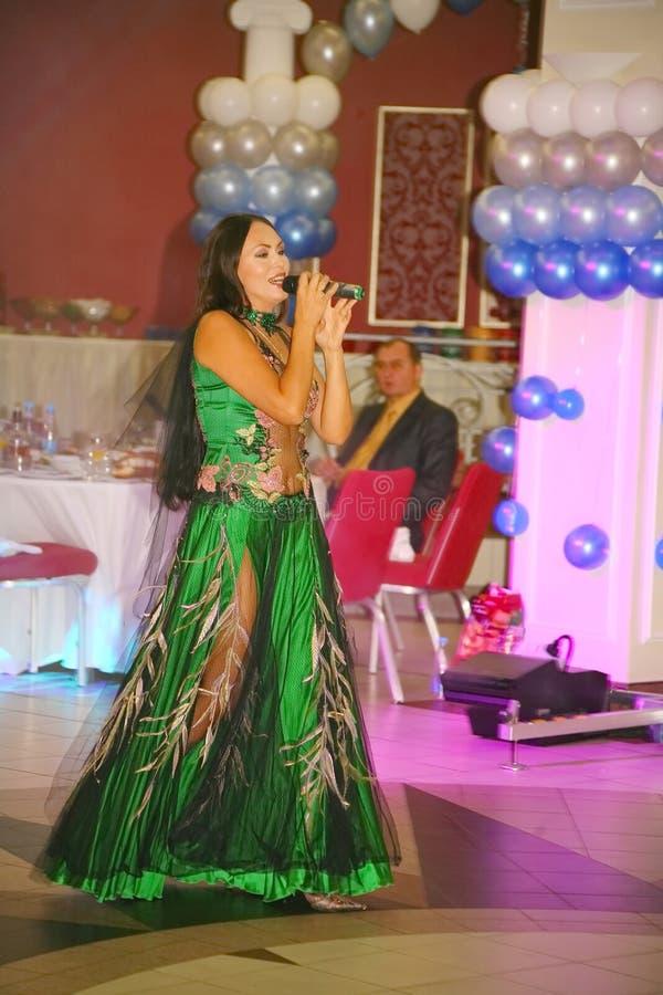 härlig brunett Kapaciteten på etappaktrins och sångaren av den klassiska övergångsdivaen Larisa Lusta för ryss royaltyfri foto
